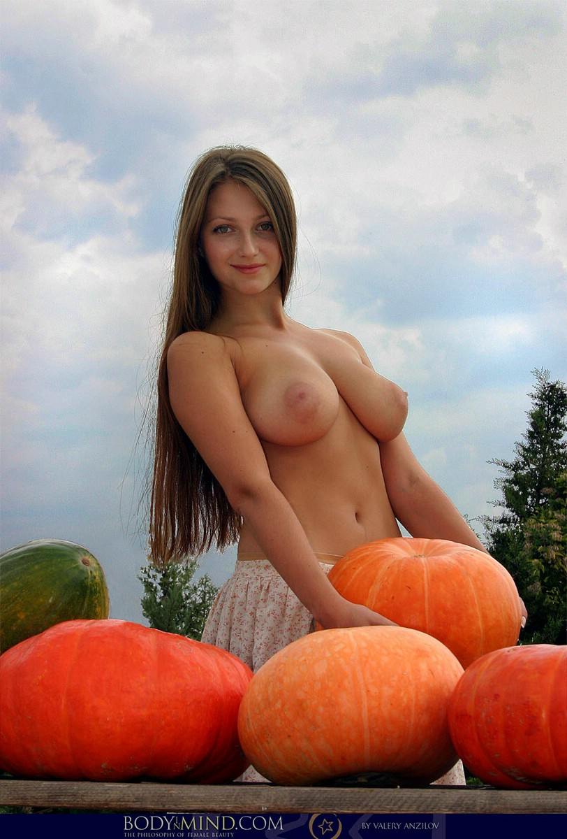pumpkin-girl-nude