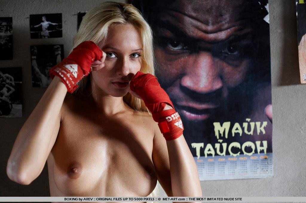Девушки в боксера с голыми сиськами фото 82408 фотография