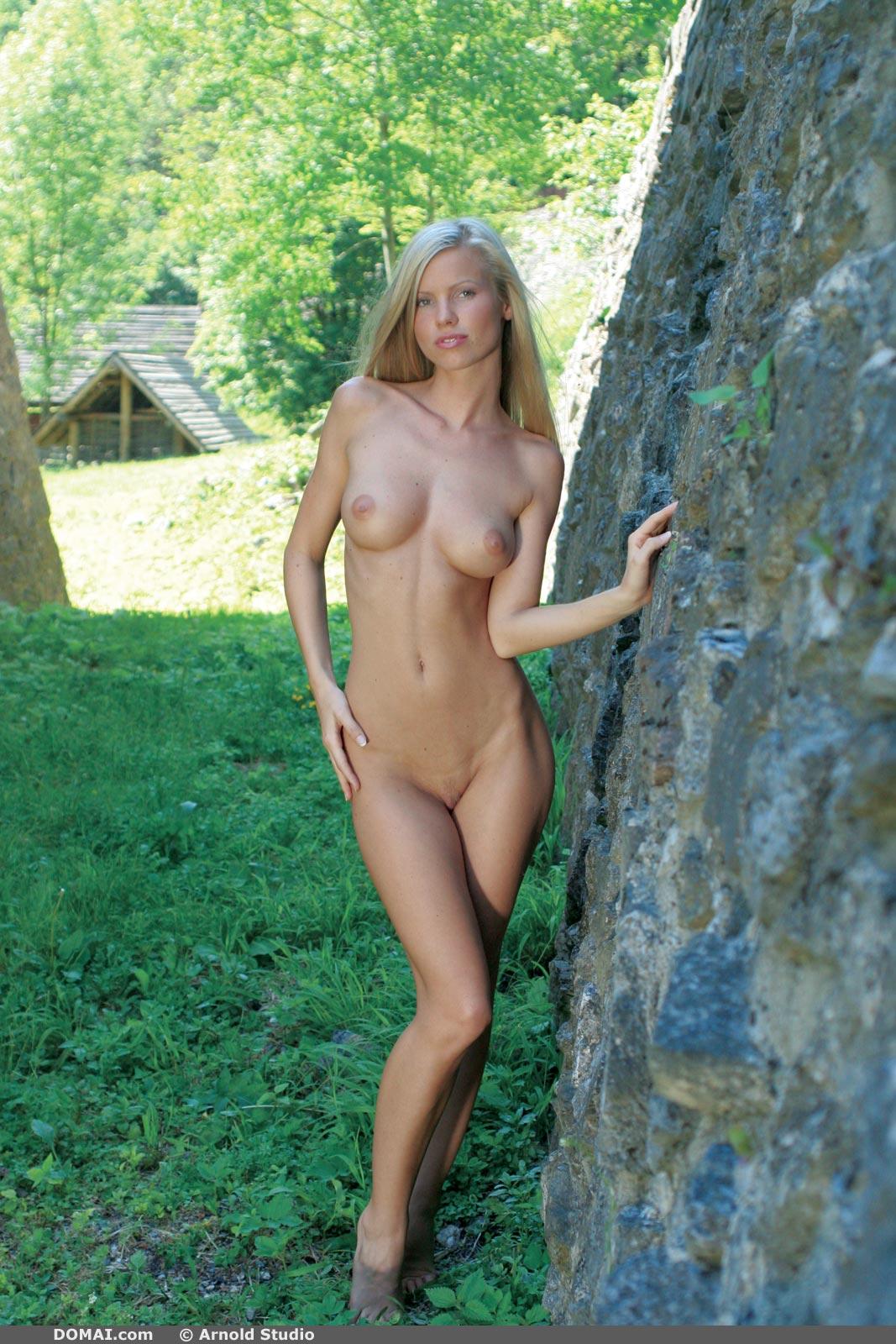 Jenny Blonde Bombshell - NudesPuri.com