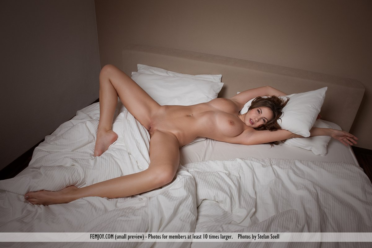 naked women in bed masterbading