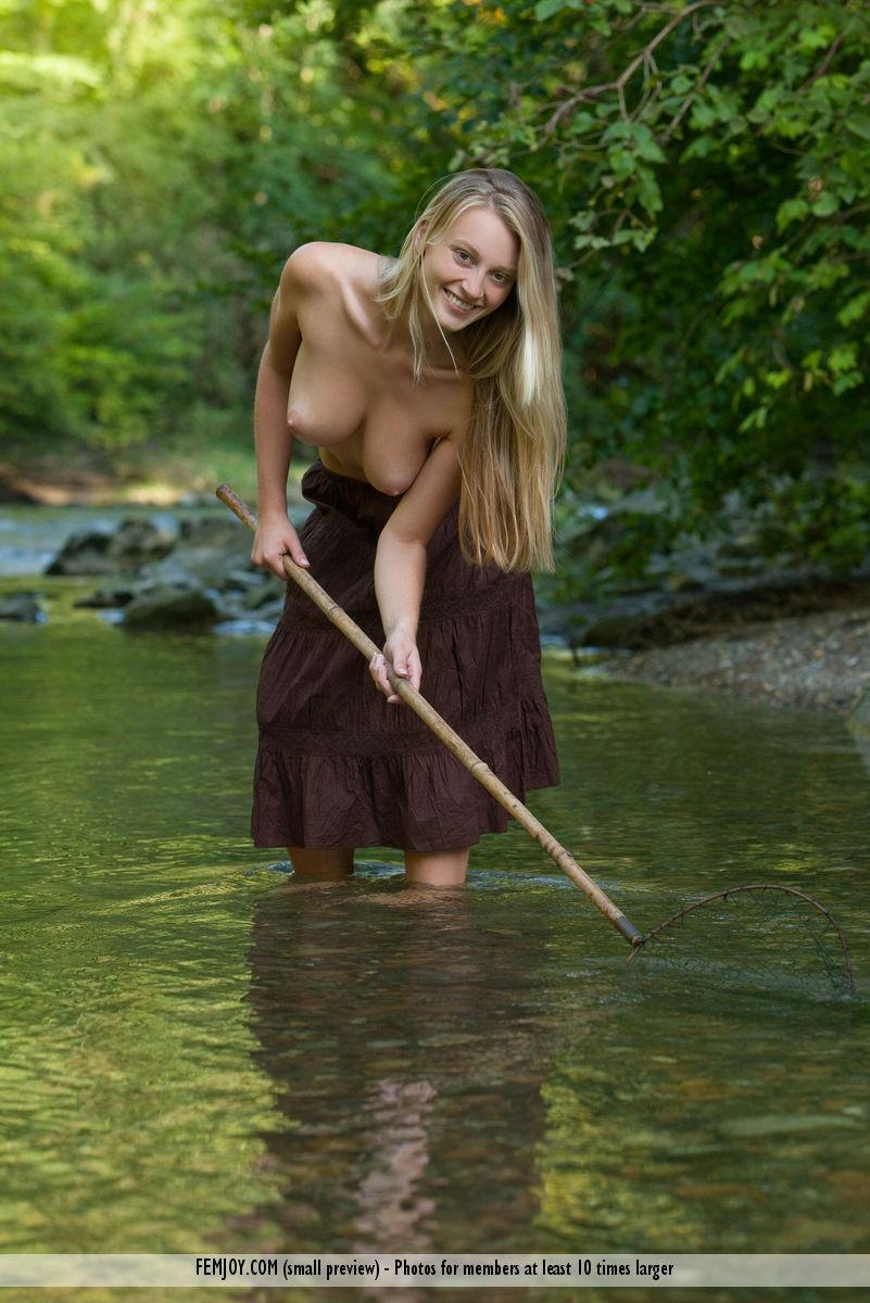 Fihing nude girls