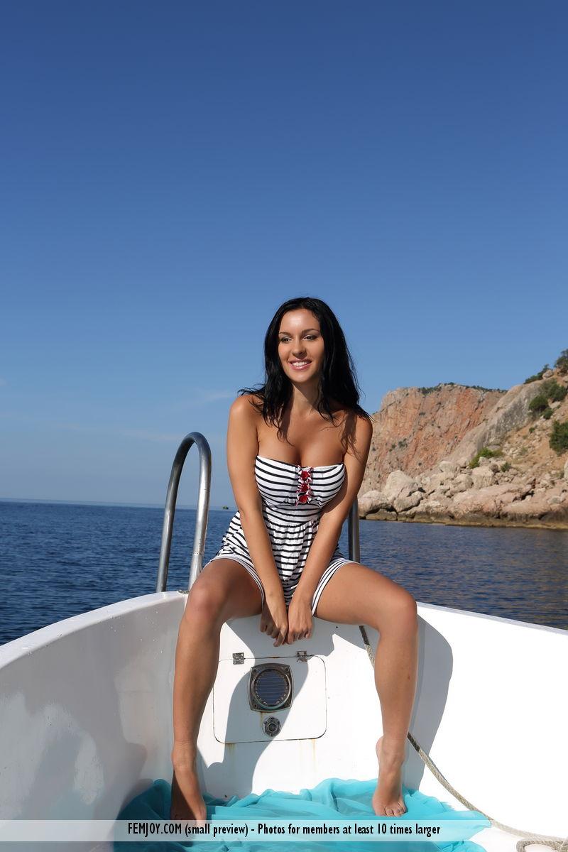naked-babe-in-boat