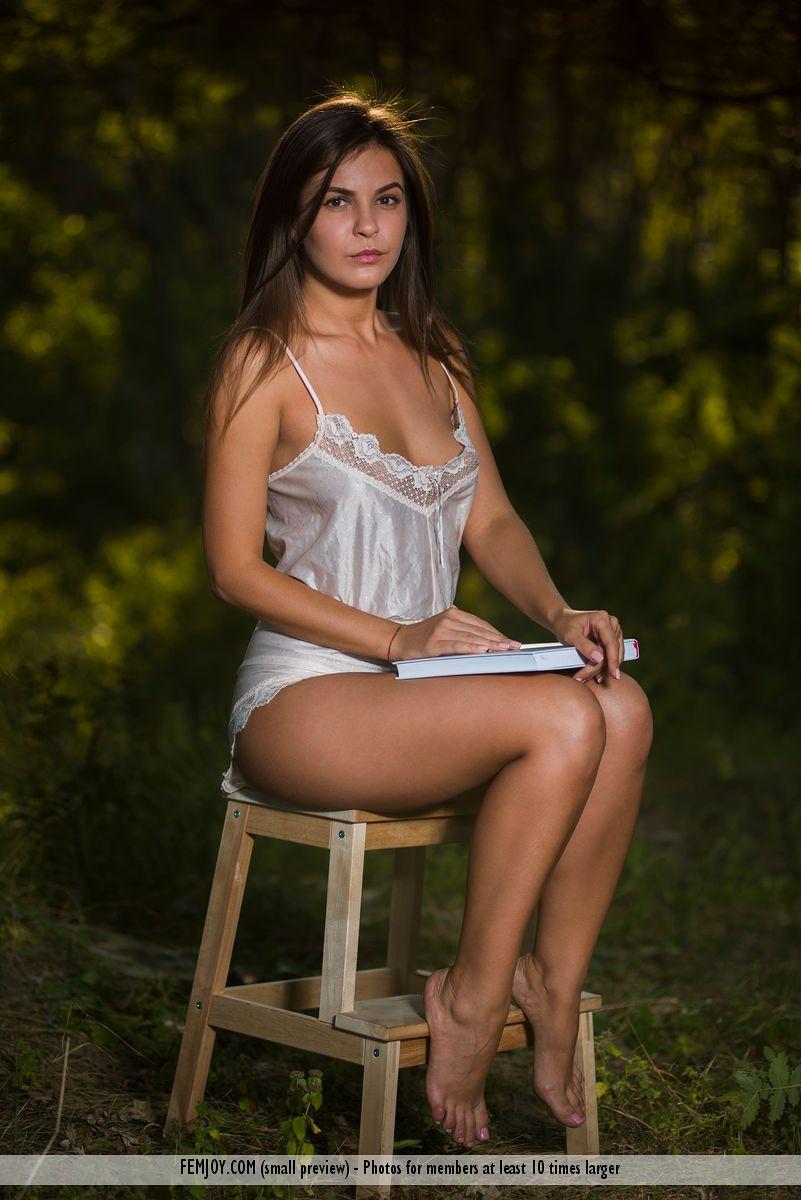 http://www.nudespuri.com/gals/femjoy/2017/08/arina_nude_on_a_stool/arina_nude_on_a_stool-1.jpg