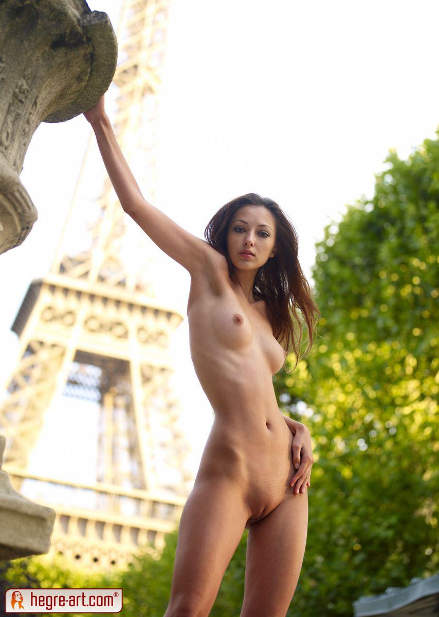 Nude girls eiffel tower