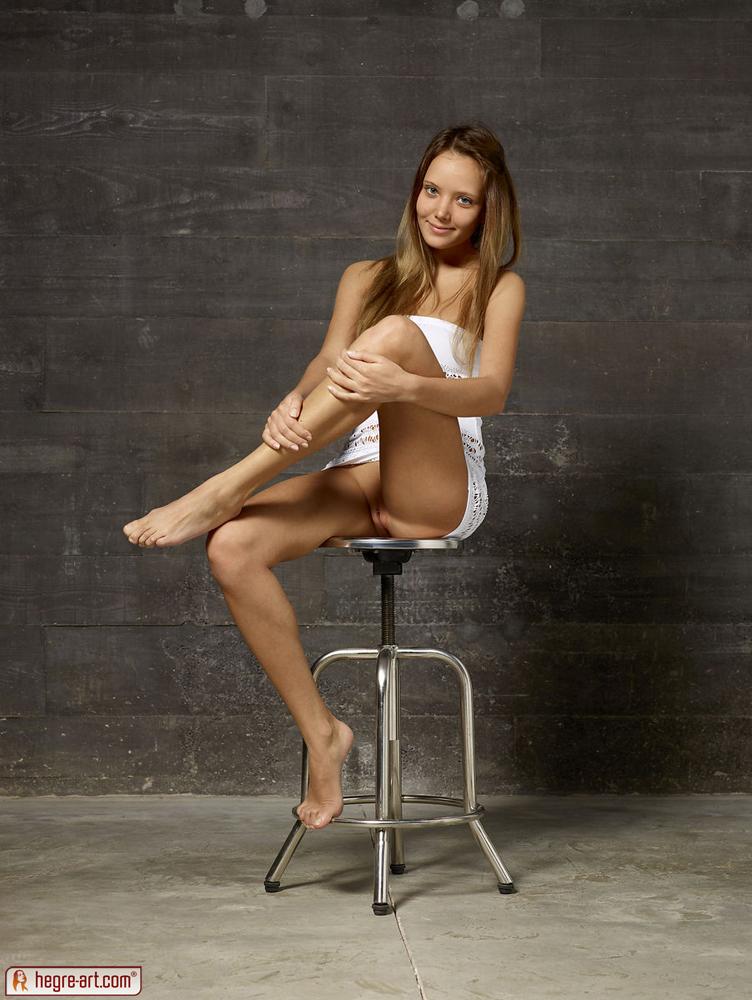 girl-on-stool-nude