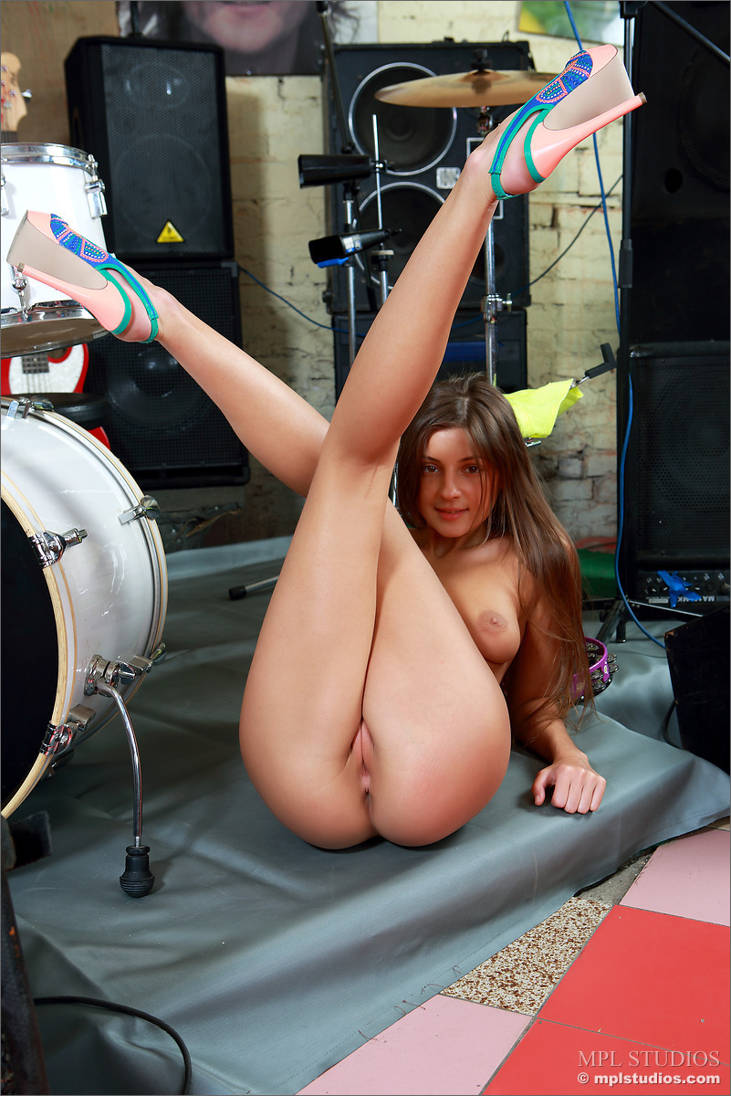 Tara Playing Drums Naked - NudesPuri.com