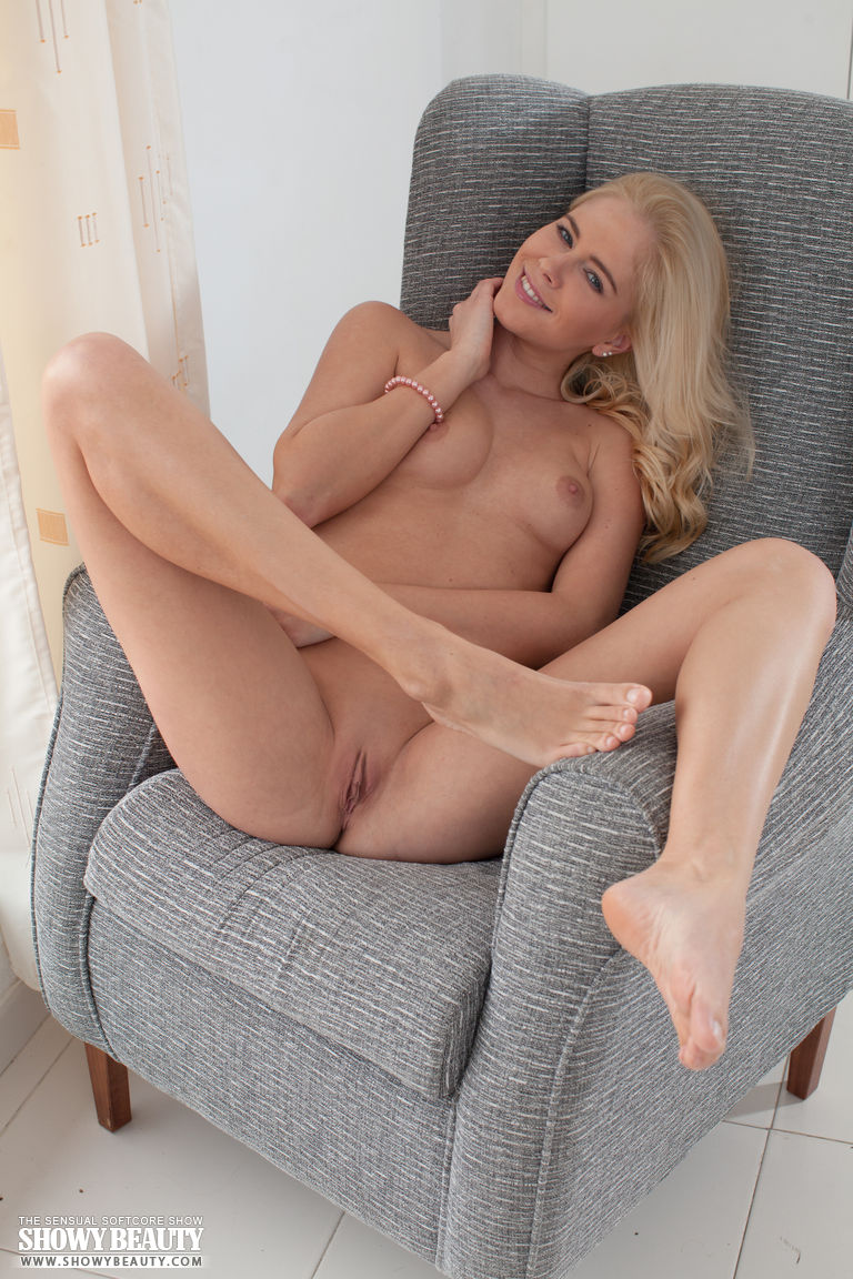 Hot blondes nude video